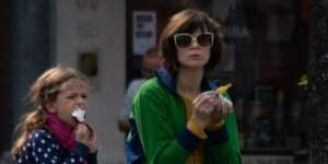 mensen eten ijsjes